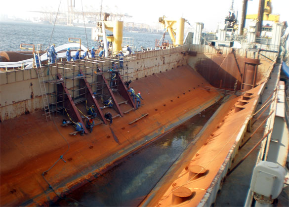 Split hopper dredger to fall pipe vessel